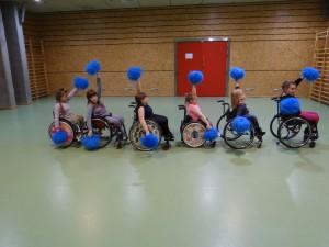 Grupa cheerleaderek na wózkach